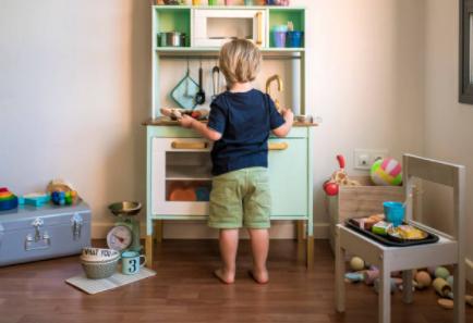 nino jugando cocina